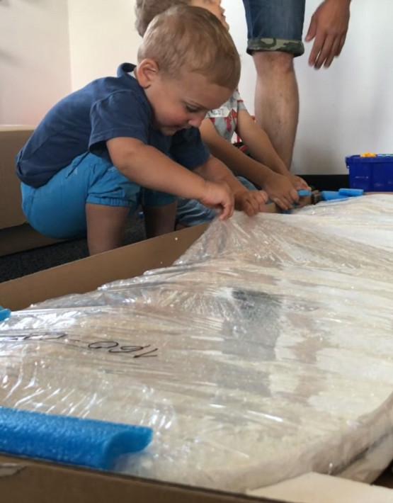 Nobiko Kinderbett und Spielbett in Auto-Form 140 x 70 cm Blau 27 Rennwagenmotive